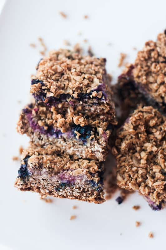 Berry Breakfast bars from Pennsylvania blogger Lyndsey of mommafitlyndsey.com // gluten free breakfast // vegan breakfast // healthy breakfast ideas // healthy breakfast recipes // vegan breakfast recipes // healthy bar recipe // low sugar bar recipe // clean eating breakfast recipes // what is clean eating // clean eating recipes for breakfast