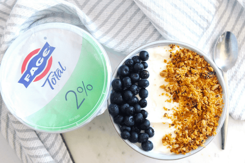 Looking for a breakfast yogurt bowl recipe? healthy Lifestyle Blogger Momma Fit lyndsey is sharing her favorite greek yogurt meal ideas