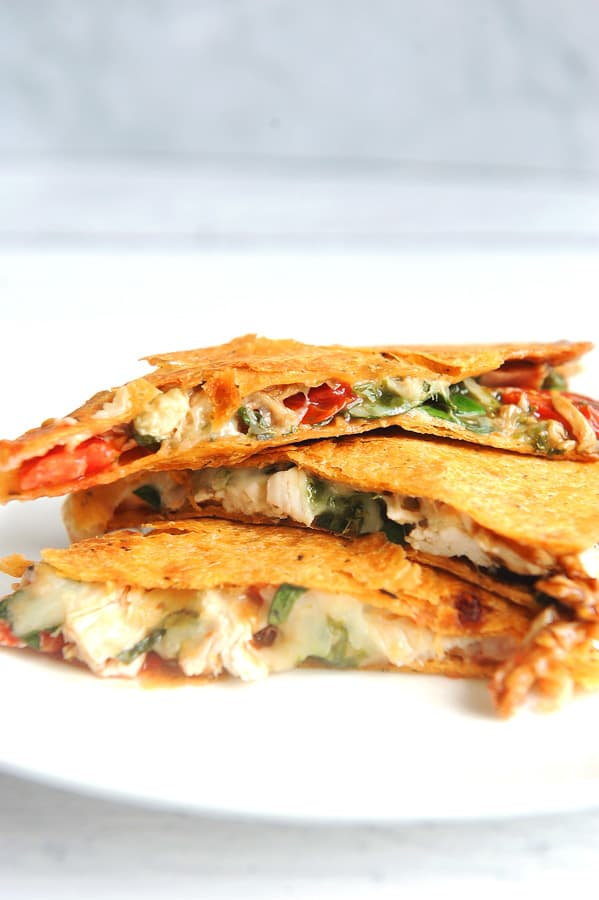 Looking for a healthy chicken quesadilla recipe? Healthy lifestyle blogger Momma Fit Lyndsey shares her favorite 21 day fix italian quesadilla recipe