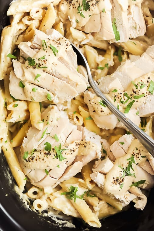 healthy crock pot chicken alfredo with dairy free alfredo sauce. Creamy and delicious healthy chicken alfredo pasta recipe you can make in the slow cooker for a family friendly one pot meal.